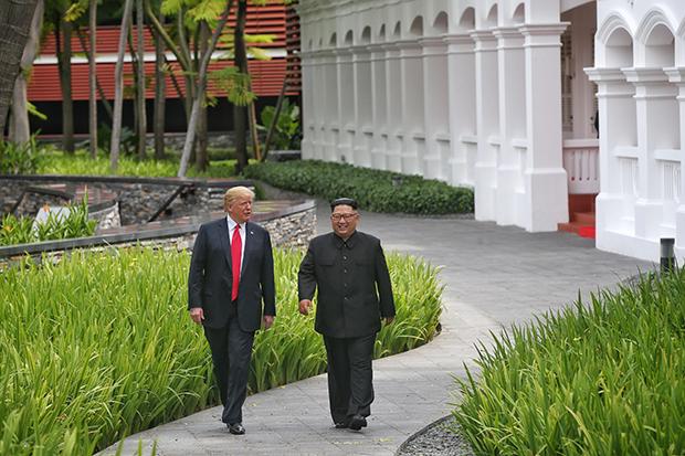 역사적 첫 북미정상회담이 열린 12일 싱가포르 센토사 섬 카펠라호텔에서 미국 도널드 트럼프 대통령과 북한 김정은 국무위원장이 업무오찬을 마친 뒤 산책을 하고 있다. [싱가포르 통신정보부 제공=연합뉴스]