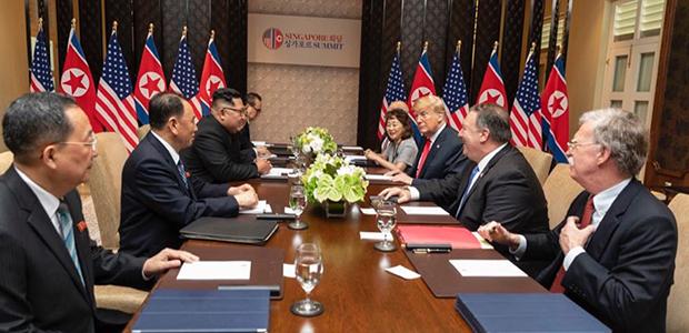 미국 도널드 트럼프 대통령과 북한 김정은 국무위원장이 12일 오전 싱가포르 센토사 섬 카펠라호텔에서 확대정상회담을 하고 있다.왼쪽부터 시계방향으로 북한 리용호 외무상, 김영철 노동당 대남담당 부위원장 겸 통일전선부장(왼쪽부터 시계방향으로), 김정은 국무위원장, 김주성 통역관, 리수용 노동당 중앙위 부위원장 겸 국제부장, 미국 존 켈리 백악관 비서실장, 이연향 통역국장, 도널드 트럼프 대통령, 마이크 폼페이오 국무부 장관, 존 볼턴 백악관 국가안보보좌관.[트럼프 대통령 소셜미디어 국장 댄 스카비노 주니어 트위터]