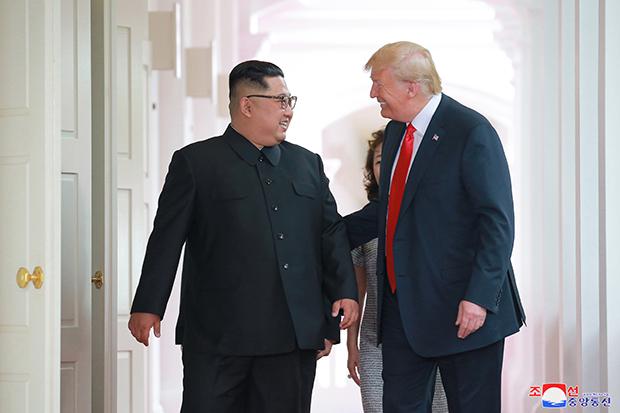 북한 김정은 국무위원장이 미국 트럼프 대통령과 12일 싱가포르의 센토사섬에서 역사적인 첫 북미정상회담을 가졌고 이 자리에서 공동성명을 채택했다고 13일 조선중앙통신이 보도했다. [사진=연합뉴스]