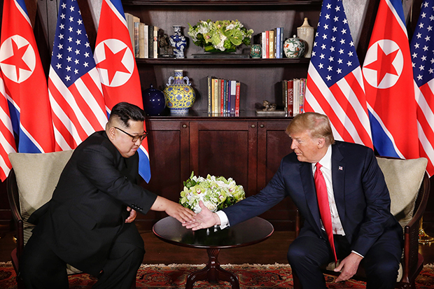 역사적 첫 북미정상회담이 열린 12일 오전 싱가포르 센토사 섬 카펠라호텔에서 미국 도널드 트럼프 대통령과 북한 김정은 국무위원장이 단독회담을 마친 뒤 악수하고 있다. [싱가포르 통신정보부 제공=연합뉴스]