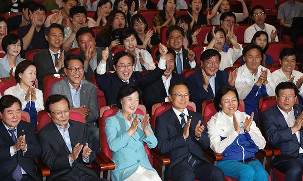 지방선거일인 13일 국회 의원회관 더불어민주당 개표상황실에서 추미애 대표를 비롯한 의원들과 당직자들이 출구조사를 보며 환호하고 있다.[사진=이승환기자]