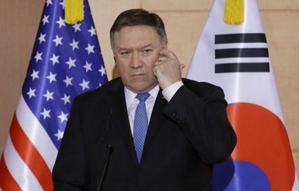 마이크 폼페이오 미국 국무장관이 14일 서울 외교부 청사에서 강경화 외교장관, 고노 다로 일본 외무상과 회담한 뒤 연 공동기자회견에서 기자들의 질문을 듣고 있다. [사진=연합뉴스]