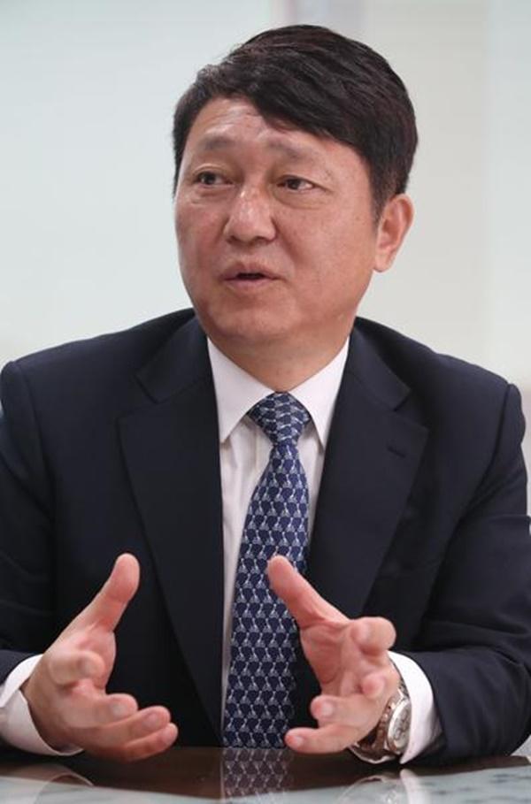 더불어민주당 최재성 의원이 지난 22일 매일경제신문과 인터뷰를 하고 향후 계획을 밝히고 있다. [사진=이승환 기자]