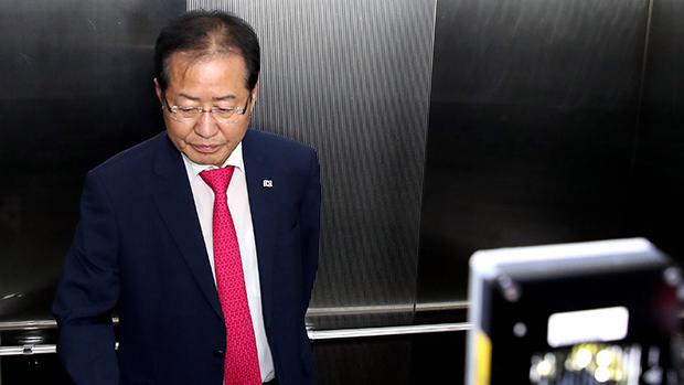 14일 자유한국당 홍준표 대표가 6.13 선거에 대한 책임을 지고 당대표직을 내놓았다. 사퇴 기자회견을 마친뒤 홍대표가 여의도 당사를 떠나고 있다. [사진=이승환기자]