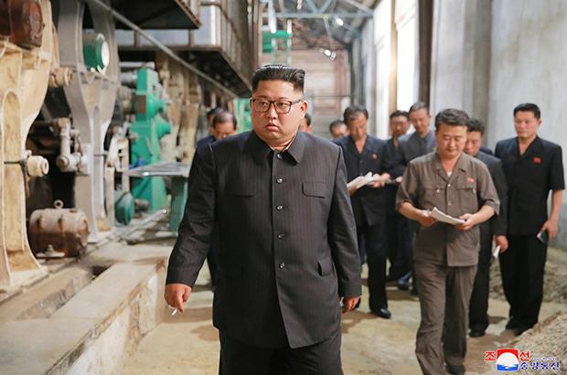 김정은 북한 국무위원장이 신의주화학섬유공장을 방문해 현장을 시찰했다고 조선중앙통신이 2일 보도했다.[사진=연합뉴스]