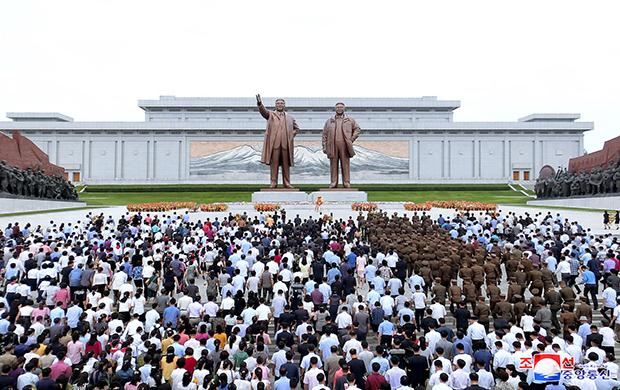북한 인민군과 각계층 근로자들, 청소년 학생들이 김일성 주석의 24주기인 8일 김 주석의 시신이 안치된 금수산태양궁전을 참배했다고 조선중앙통신이 8일 보도했다.[사진=연합뉴스]