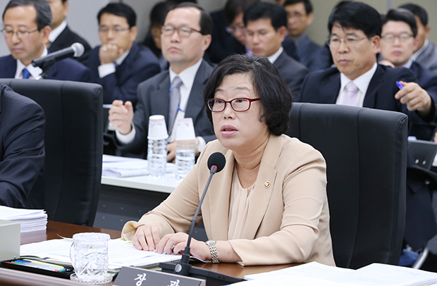 15일 정부세종청사에서  열린 해양수산부 국정감사에서 윤진숙 장관이 의원들의 질의에 답변하고  있다. [사진=연합뉴스]