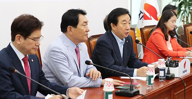 자유한국당 김성태 당대표 권한대행(왼쪽 세번째)이 11일 오전 국회에서 열린 원내대책회의에서 발언하고 있다.[사진=연합뉴스]