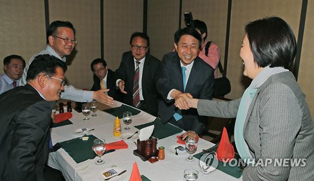 2016년 민주당 중도성향 통합행동 모임에 참석한의원들[사진=연합뉴스]