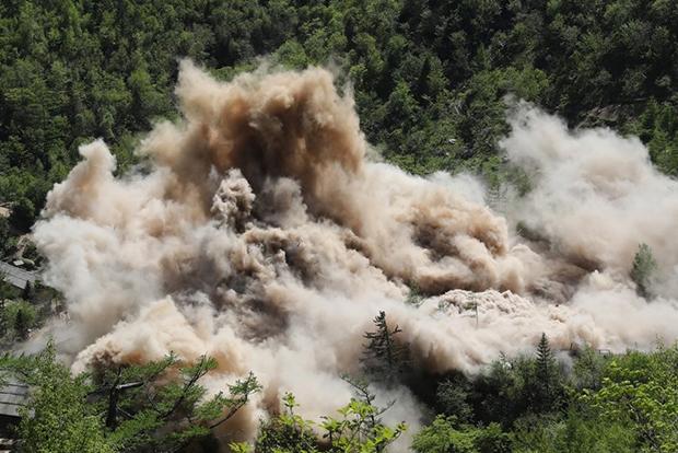 북한이 지난 5월 24일 함경북도 길주군 풍계리 핵실험장을 폭파 방식으로 폐기했다. 사진은 지휘소와 건설노동자 막사가 폭파되는 모습[사진=연합뉴스]