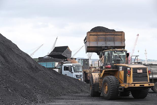 지난 7일 경북 포항신항 7부두에 정박한 진룽(Jin Long)호에서 북한산 석탄을 하역하는 모습. [사진=연합뉴스]