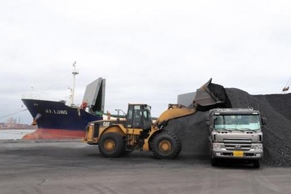지난 7일 경북 포항신항 7부두에 정박한 진룽(Jin Long)호에서 북한산 석탄을 하역하는 모습 [사진=연합뉴스]