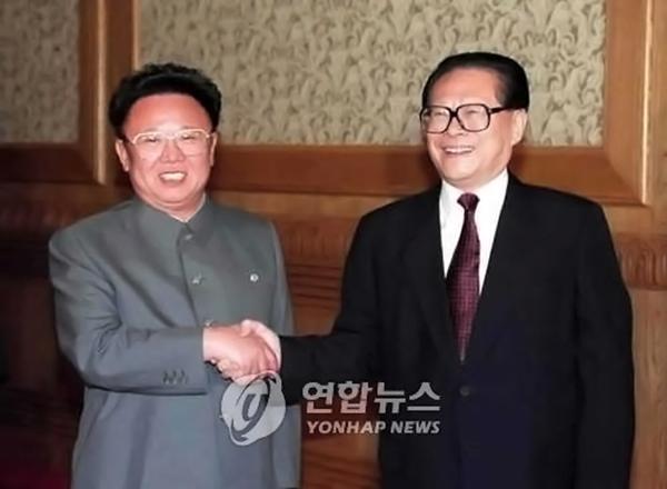 2000년 5월 방중해 장쩌민 국가주석과 악수하는 김정일 북한 국방위원장[사진=연합뉴스]