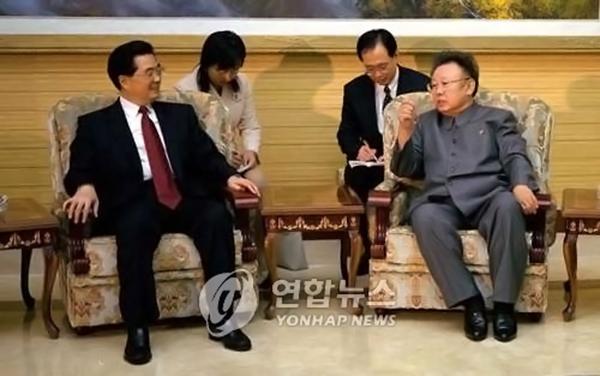 2005년 10월 28일 평양 모란관에서 북한을 방문 중인 후진타오 중국 국가주석이 김정일 국방위원장과 회담하고 있다. [사진=연합뉴스]