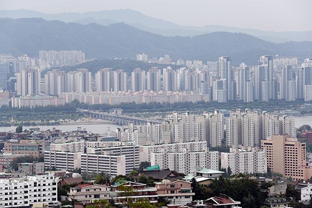 14일 오전 서울 남산에서 바라본 아파트 단지 등 서울 시내 모습.[사진=연합뉴스]