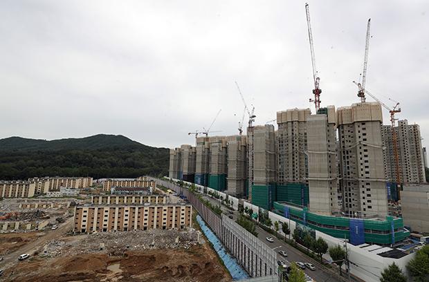 14일 오후 서울 강남구 개포동 개포주공4단지 재건축 공사 현장 일대의 모습.[사진=연합뉴스]