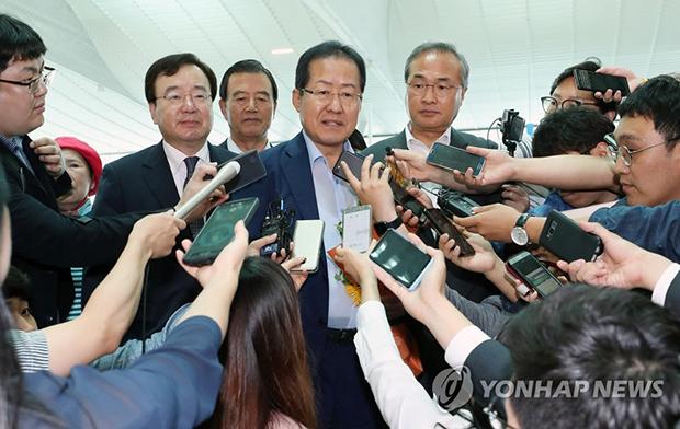 휴식을 위해 미국으로 출국하는 홍준표 자유한국당 전 대표가 7월 11일 오후 인천공항에서 기자들과 질의응답을 하고 있다.[사진=연합뉴스]