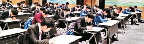 한 대기업 신입사원들이 최근 회사 연수원에서 실무능력 평가를 위한 매경TEST 특별시험을 치르고 있다.