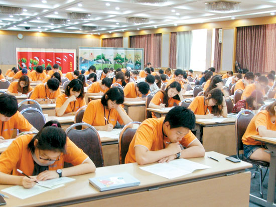청소년금융교육협의회와 KRX국민행복재단이 발족한 대학생 금융경제교육봉사단원들이 지난 23일 천안상록리조트에서 매경TEST를 치르고 있다.