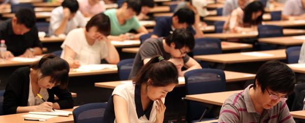 매경TEST 특별시험에서 응시자들이 진지하게 문제를 풀고 있다.