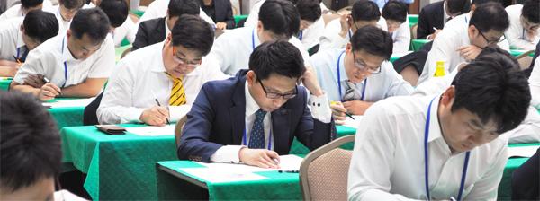 한 금융사 임직원 100여 명이 매경TEST로 내부 승진 평가를 위한 특별시험을 치르고 있다.
