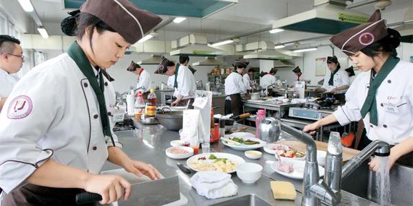 지난 9월 25일 한국외식과학고에서 열린 `제1회 차이나플레인 요리경연대회`에 참가한 학생들이 최고 작품을 내놓기 위해 저마다 최선을 다하고 있다. [이승환 기자]