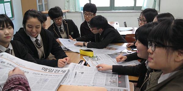구현고등학교 동아리 '아담스미스의 후예들' 멤버들이 매일경제신문을 보며 토론하고 있다. [매경DB]