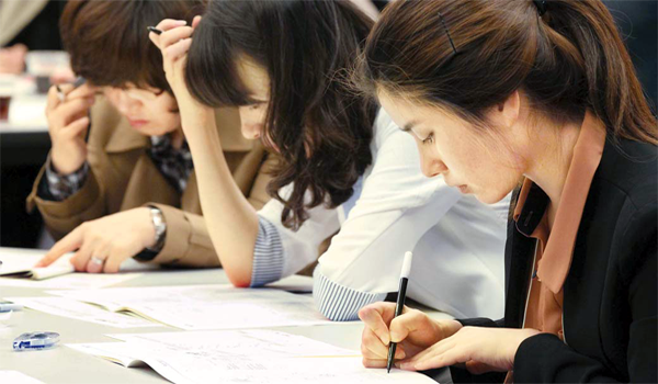 한 대기업에서 시행된 국가공인 비즈니스 사고력 측정시험 '매경TEST' 특별시험 응시자들이 문제풀이에 열중하고 있다. [매경DB]