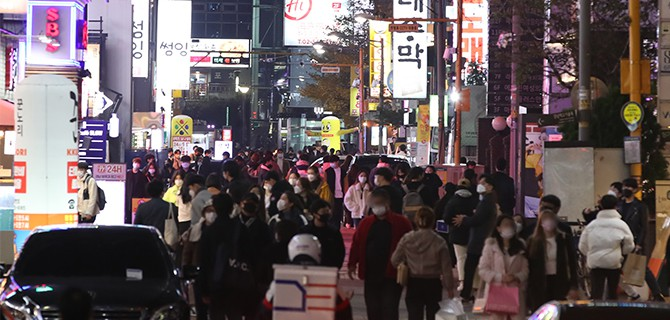 Seoul area goes under stricter social distancing measures as virus cases spike