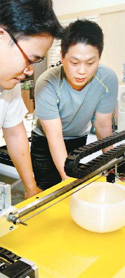 경기도 과천과학관 내 무한상상실에서 직원들이 3D 프린터로 그릇을 만드는 과정을 지켜보고 있다. 이곳에선 누구나 디지털 제조장비를 무료로 사용할 수 있다. [이승환 기자]