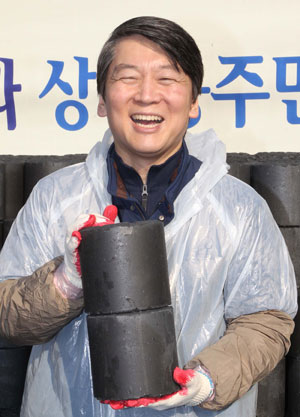 새정치민주연합 안철수 의원이 15일 오후 서울 노원구 상계동에서 연탄배달 봉사활동을 하고 있다.[사진 = 이충우 기자]
