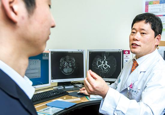 권순억 서울아산병원 신경과 교수가 뇌경색 환자의 MRI 사진을 보며 설명하고 있다. 뇌경색은 뇌혈관이 막혀서 발생하는 뇌손상을 뜻한다. 뇌졸중으로 이어질 수 있다.