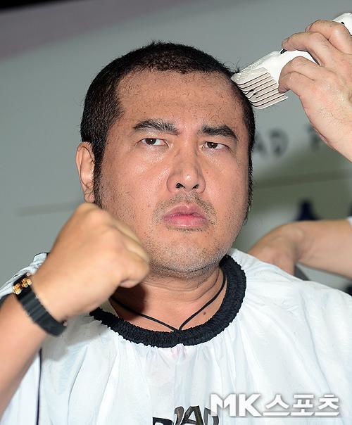 '의리'로 유명한 영화배우 김보성이 로드FC 데뷔 기자회견에서 소아암 어린이를 돕고자 삭발하고 있다. 수술이나 항암치료 후 환자용 가발제작에 모발을 기부하기 위함이다. 사진(압구정짐)=천정환 기자