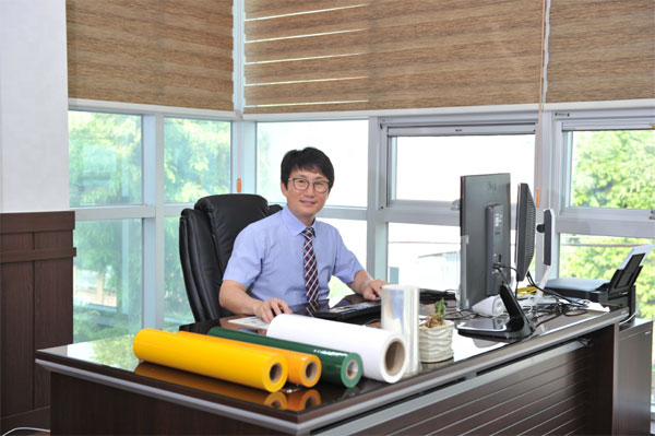 강병수 아이멧 대표가 항균필름과 보호필름을 소개하고 있다. [사진 제공 = 아이멧]