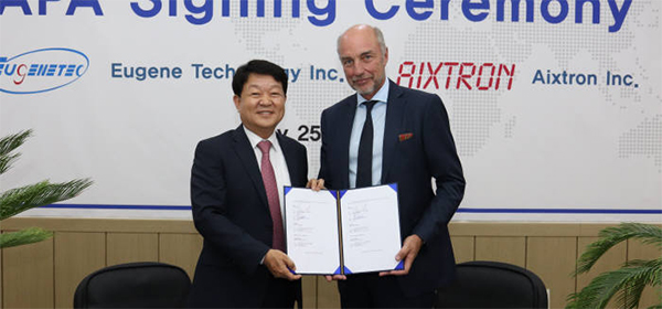 Eugene Technology CEO Eom Pyeong-yong (left) and Aixtron CEO Kim Schindelhauer pose for a photo holding their contract.