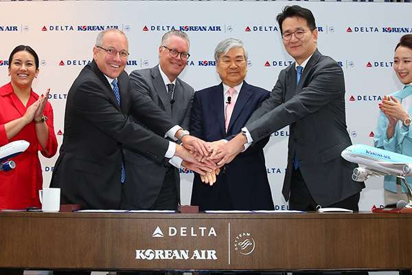 (From second left to right) Delta Air Lines International President Steve Sear, Delta Air Lines CEO Ed Bastian, Hanjin Group Chairman Cho Yang-ho, and Korean Air Lines CEO Cho Won-tae are posing for a photo after signing a joint venture agreement in U.S. on Friday (local time). [Photo provided by Korean Air Lines Co.]