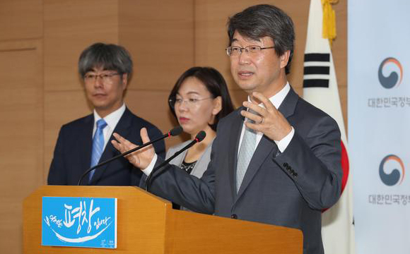 Kim Ji-hyung(Right), head of civilian-led committee