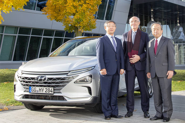 Hyundai Motor vice chairman Yang Woong-chul (left), newly appointed co-chairman of the Hydrogen Council, poses with Air Liquide CEO Benoît Potier (middle) and Toyota Motor chairman Takeshi Uchiyamada, the former co-chairman of the council, during their second annual meeting.