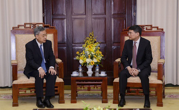 Governor Lê Minh Hưng meets with China Banking Regulatory Commission's Chairman, Guo Shuqing, in Hà Nội on Monday.