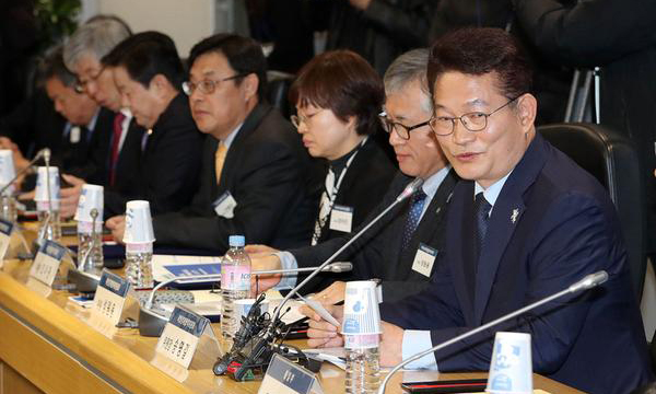 (Left) Song Young-gil, head of the Presidential Committee on Northern Economic Cooperation