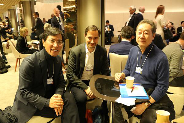 (From right to left) Maekyung Media Group CEO Chang Dae-whan, Chatham House Director Robin Niblett, and South Chungcheong Governor Ahn Hee-jung discuss global issues at the annual World Economic Forum held in Davos, Switzerland on Tuesday (local time).