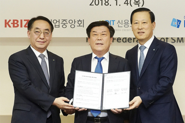 IBK CEO Kim Do-jin (rignt), Korea Federation of SMEs Chairman Park Sung-taek, Korea Credit Guarantee Fund Chairman Hwang Rok pose for a picture after signing an agreement on Thursday to create a guarantee fund to support small and medium-sized firms' group purchasing of raw and subsidiary materials. [photo by IBK] <br><br>