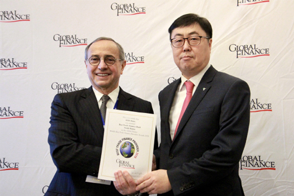 Park Chan-beom (right), head of KEB Hana Bank's London office, poses for a picture with Joseph D. Girraputo, publisher and editorial director of Global.