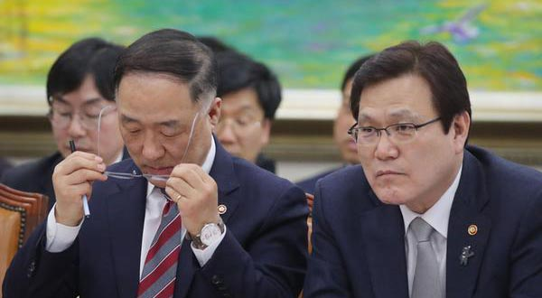 Minister of the Office for Government Policy Coordination Hong Nam-ki and FSC Chairman Choi Jong-ku
