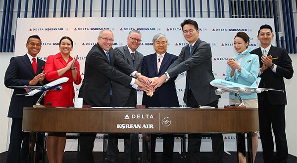 (From second left to right) Delta Air Lines International President Steve Sear, Delta Air Lines CEO Ed Bastian, Hanjin Group Chairman Cho Yang-ho, and Korean Air Lines CEO Cho Won-tae pose for a photo after signing a joint venture agreement in the U.S. on June 23, 2017. [Photo by Korean Air Lines]