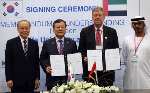 (From left) NST chief Won Gwang-yeon, KAIST President Shin Sung-chul, Khalifa University President Tod Laursen and UAE's Education Minister Hussain bin Ibrahim Al Hammadi pose for a picture after signing an agreement to extend cooperation in science and technology. [photo by KAIST]