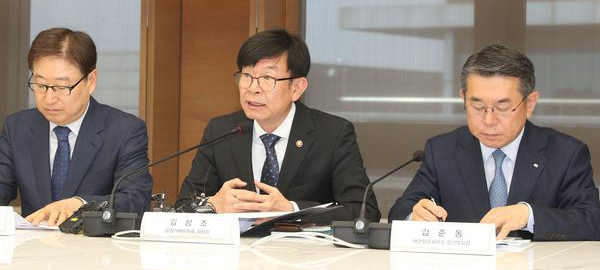 Fair Trade Commission Chairman Kim Sang-jo (center) speaks with heads of the top 10 business groups.