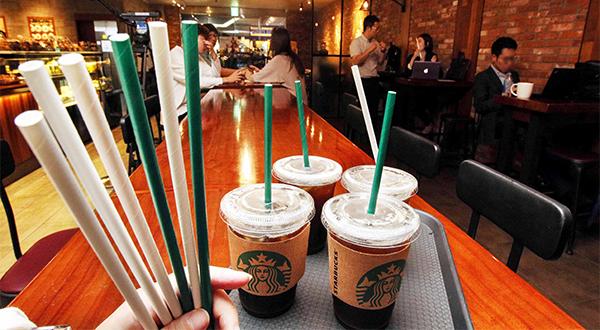 A rede Starbucks vai eliminar canudos de plástico em suas lojas em todo o mundo até 2020. Foto:  Kim Ho-young.