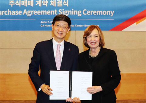 CJ Logistics CEO Park Keun-tae with DSC Logistics CEO Ann Drake during a signing ceremony. [Photo provided by CJ Logistics Corp.]