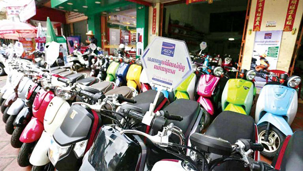 Rent-to-own motorbikes sit out in front of a capital shop on Tuesday. [Heng Chivoan]